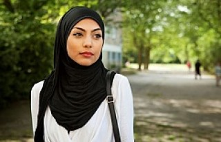 İsveç'te başörtülü kıza hakaret eden doktora...