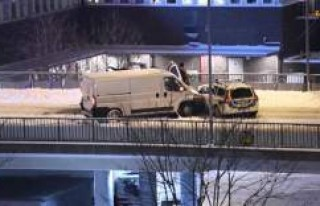 İsveç'te sürücü kamyoneti polis aracının...