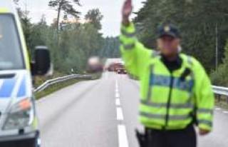 İsveç'te tır ile otomobil çarpıştı: 3...