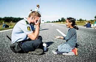 Danimarkalı Polisin küçük sığınmacı kızla...