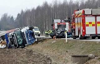Linköping'de kamyon arabayı resmen biçti!