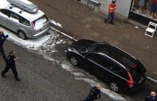 Polis İsveç'te eli bıçaklı bir kişiyi vurdu