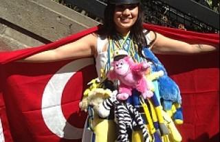 Türk kızı İsveç'te okul birincisi olarak...