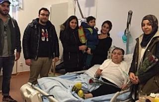 UETD İsveç Gençlik Kolları, hastalara gül dağıttı