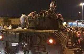 Vatandaş sokakta tankların üzerine çıktı!