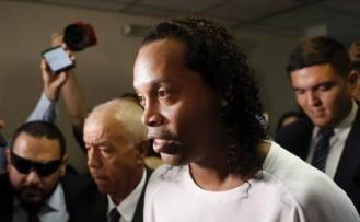 Eski yıldız futbolcu Ronaldinho sahte pasaport düzenlemekten tutuklandı