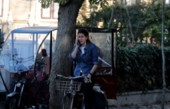 İstanbul'da ölen İngiliz eski istihbarat subayının evinin önünde gizemli kadın