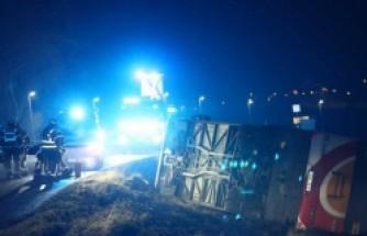 İsveç'te içinde 20 yolcu bulunan otobüs devrildi!