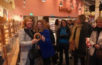İsveç'te 40 ülke büyükelçisinin eşleri Türk marketini gezdi