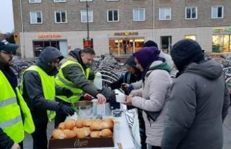 İsveç'te evsizlere cami tarafından gıda ve giysi yardımı