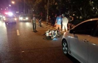 İsveçli kadın turist yoldan geçerken motosiklet çarptı