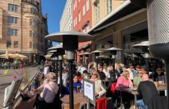 Karantina uygulanmayan İsveç'te halk güneşli havanın keyfini çıkardı