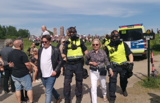 İsveç'te koronavirüs kısıtlamalarını protesto eden 20 kişi gözaltına alındı
