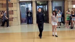 Metro İstasyonunda öyle bir halay çektilerki