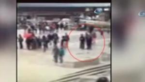 Paris'te polise çekiç ve silahla saldıran İsveç vatandaşının görüntüleri yayınlandı