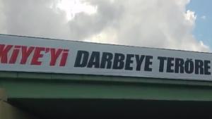 İsveç'e araba ile gelen gurbetçinin cep telefonu kamerasından darbe karşıtı pankartlar