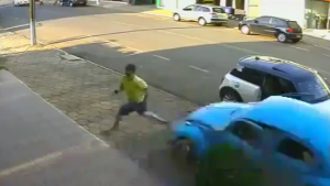 Arabanın altında kalmaktan inanılmaz şekilde kurtuldu