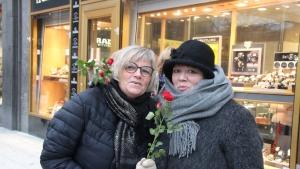 UETD, İsveç'te gül dağıttı
