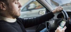 İsveç'te araba sürerken cep telefonu elde tutmak yasaklanıyor